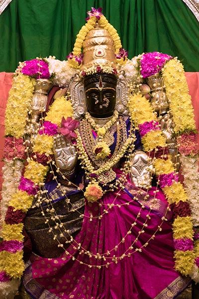 Статуя богини Аламелу в храме Шри Венкатачалапати Пещеры Бату