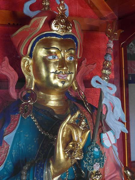 Statue von Padmasambhava, innerhalb der Stupa im Kloster Demchig Hiid