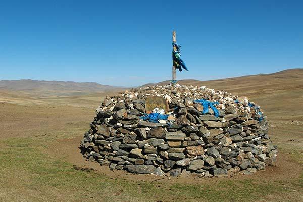 Schamanischer Schrein auf einem abgelegenen Hügel in der Zentralmongolei