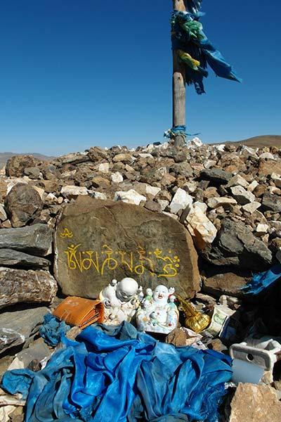 Altar auf schamanischem Schrein, entfernter Gipfel, Mittelmongolei