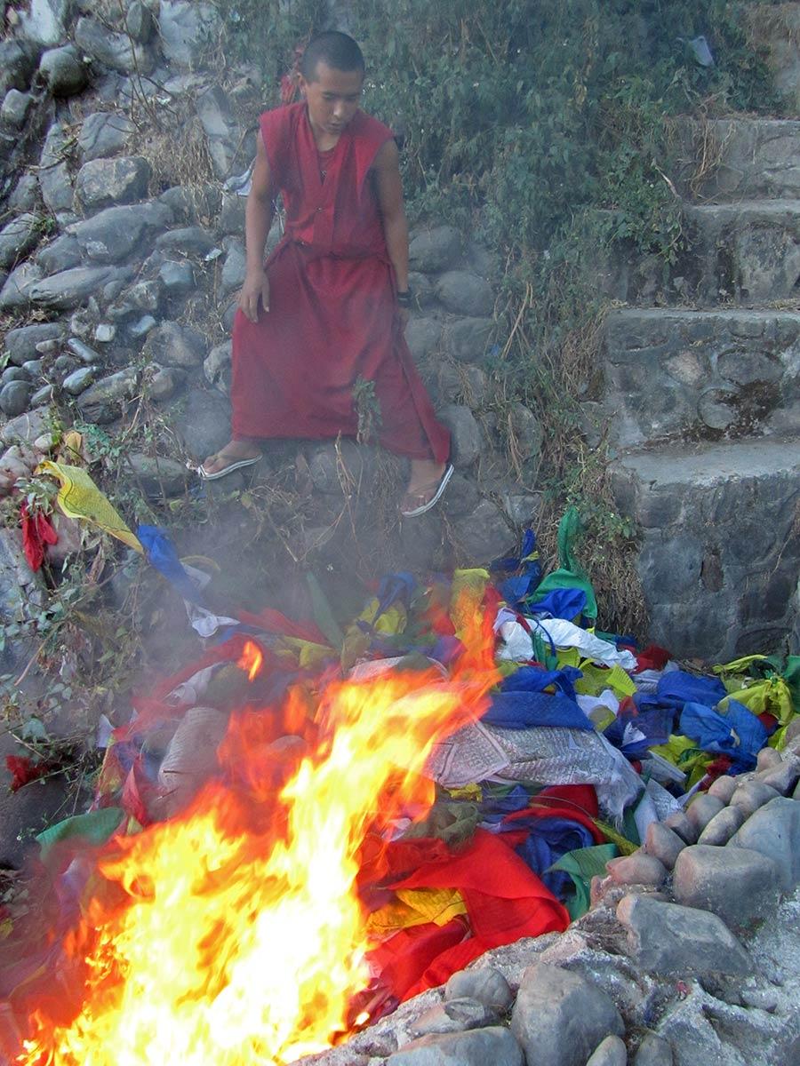 Brûler des drapeaux de prière après la cérémonie au Stupa de Swayambhunath