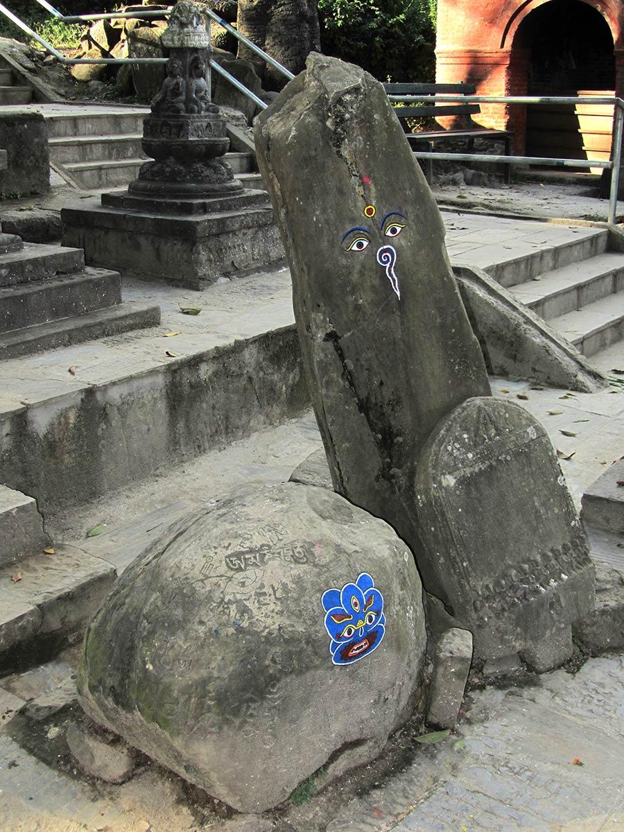 Pierres païennes avec inscriptions bouddhistes au Stupa de Swayambhunath
