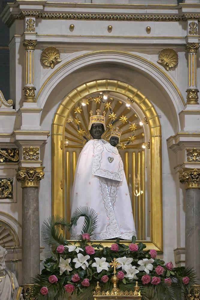 चर्च ऑफ आवर लेडी ऑफ बिस्ट्रिका, मेरीजा बिस्ट्रिका। ब्लैक मैडोना के आइकन के साथ मुख्य वेदी।