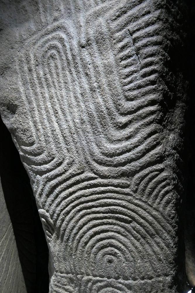 Gavrinis Dolmen, Larmor-Baden, intagliata su pietra all'interno di dolmen