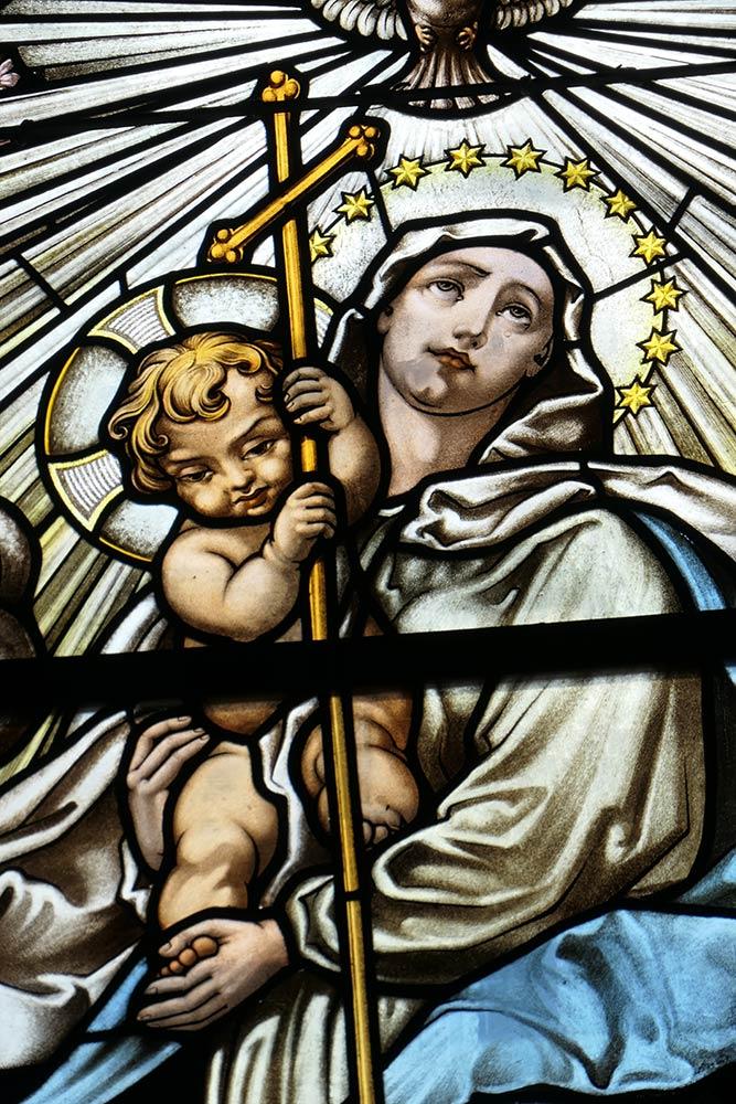 Mariapocs, Basilika Unserer Lieben Frau von Mariapocs, Glasmalerei von Maria mit Jesuskind
