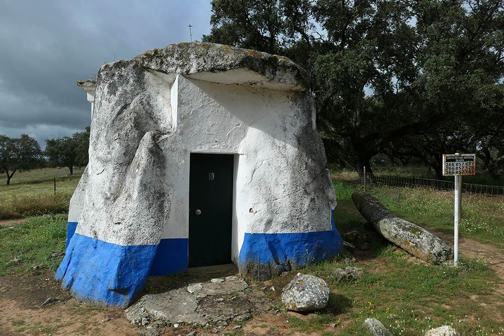 Anta-Capela de Nossa Senhora do Livramento, Kapelle in megalithischem Standstein (Menhir)