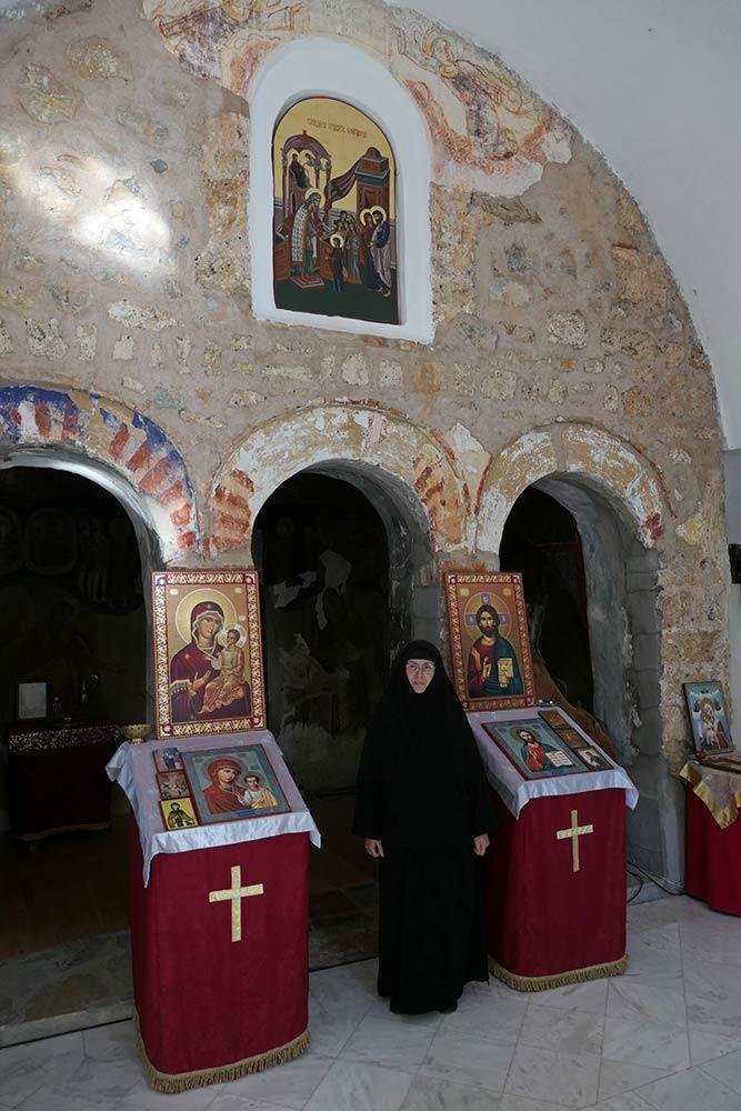 Monasterio de Vavedenje (con monja)
