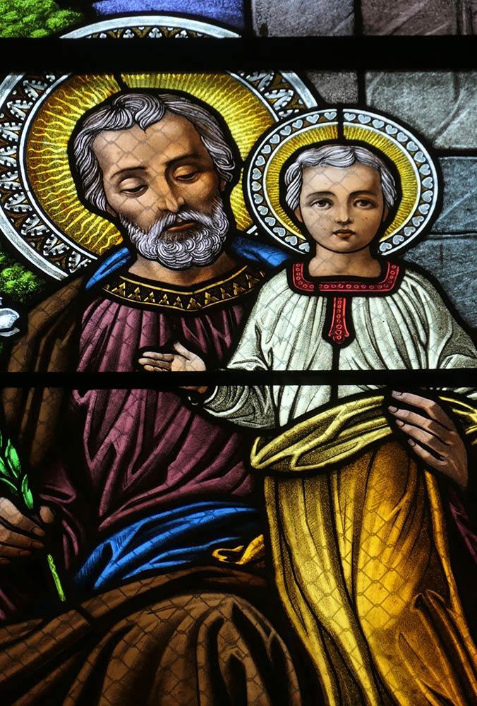 Levoca; Basilica della Visitazione della Vergine Maria, Vetrata di Giuseppe che tiene bambino Gesù