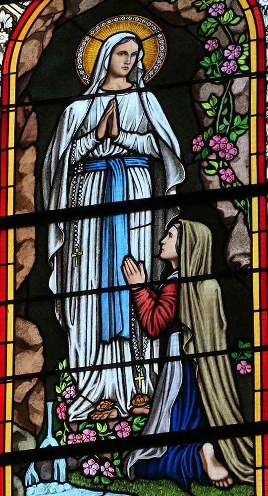 Levoca; Basilica della Visitazione della Vergine Maria, vetrata raffigurante Bernadette Soubirous che riceve apparizione mariana a Lourdes, Francia in 1858