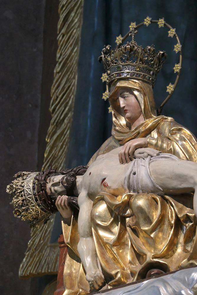Šaštín-Stráže; Bazilika Sedembolestnej Panny Márie, Statua di Maria che tiene Gesù dopo la crocifissione