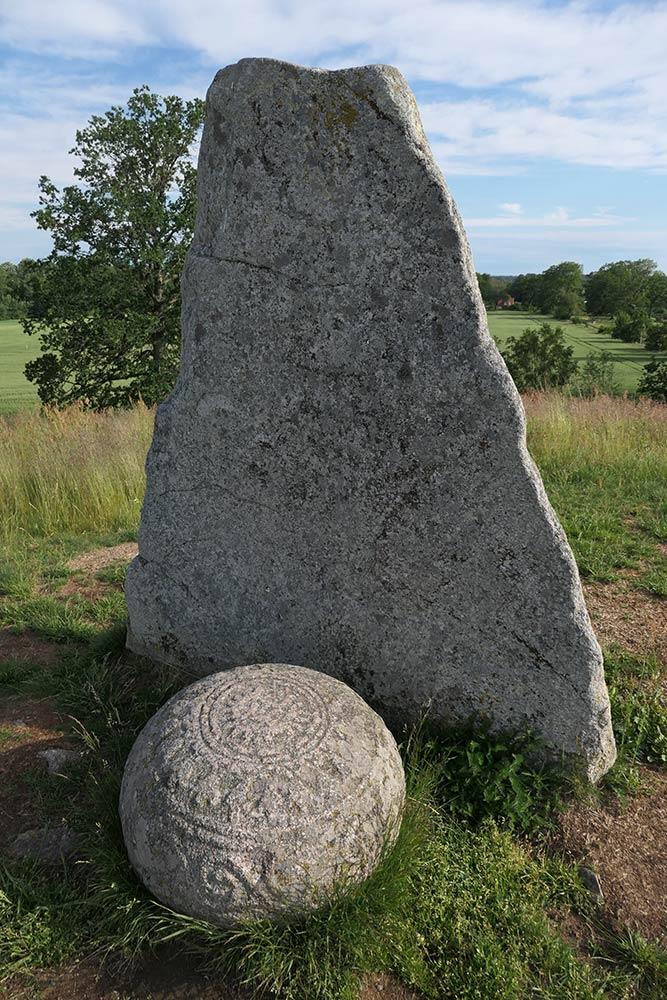 Inrele hög megalithic mound और menhir