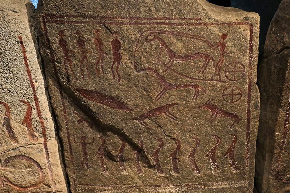 कुंगाग्रवेन मेगालिथिक डॉल्मेन के अंदर प्रतीकों के साथ नक्काशीदार चट्टानें