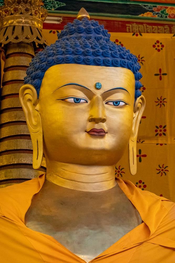 Hemis Gompa, gran estatua de Buda, altar principal