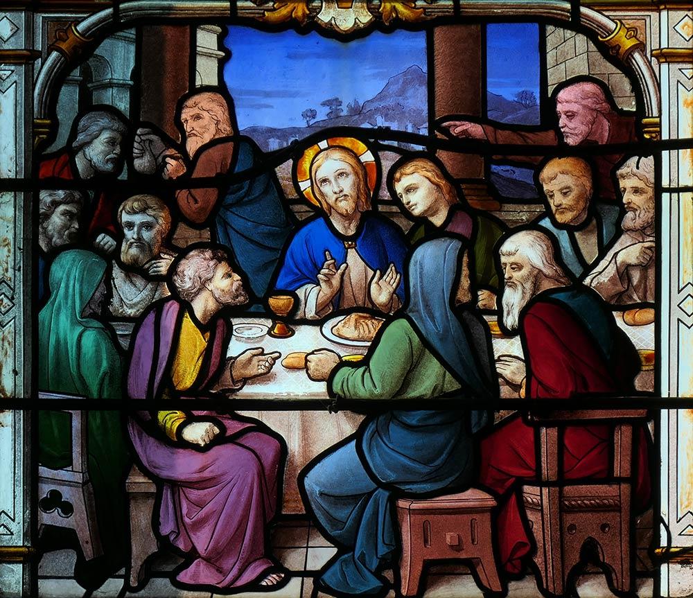 चर्च ऑफ सेंट-आइगन, चार्टर्स। अंतिम भोज में यीशु की छवि। अंतिम भोजन जो यीशु ने अपने शिष्यों के साथ साझा किया था, वह सभी चार कैनोपिकल गॉस्पेल (माउंट 26: 17-30, एमके 14: 12–26, एलके। 22: 7–39 और जूनियर 13: 1-17: 26 में वर्णित है। )।