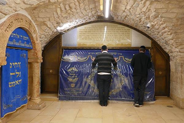 Мужчины молятся у могилы Пророка Самуила, Неби Самвилла, Иерусалим