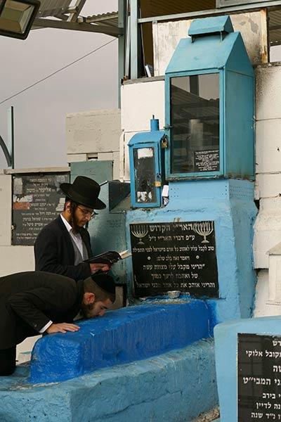 Евреи молятся у Могилы Раввина Исаака Лурии, Старое Кладбище, Цфат