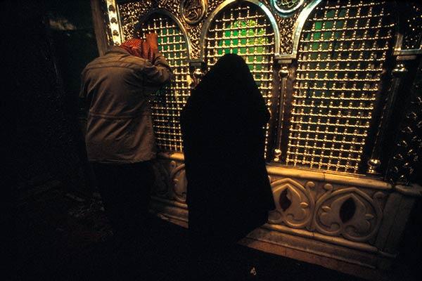 Peregrinos en oración en el santuario de Zecharia.